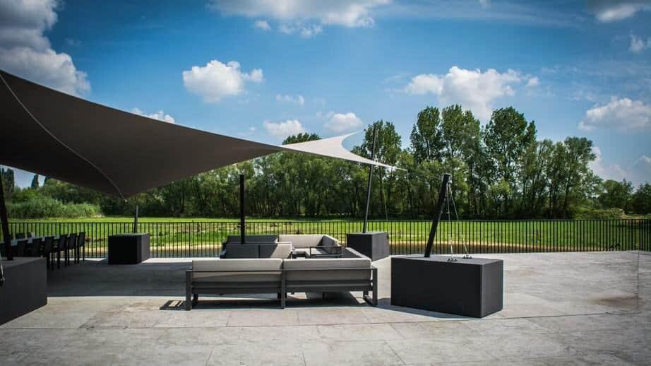 Bij mooi weer kan je het aperitief of de koffie nemen in het stijlvolle salon op het terras van Bystrò Jamien.