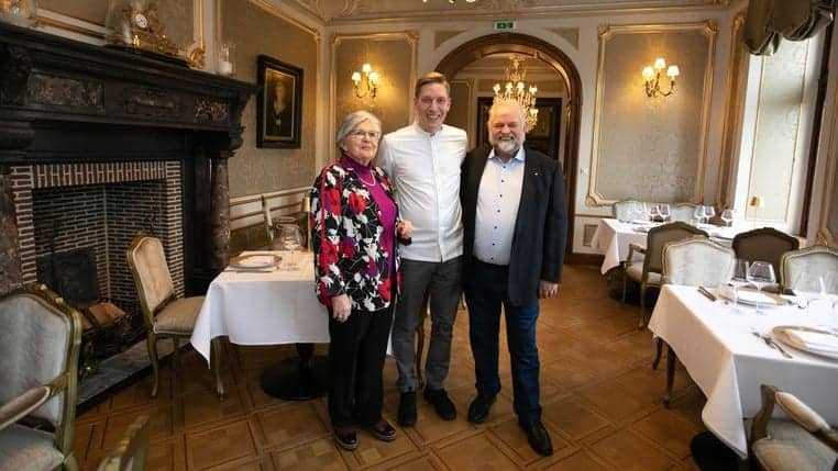 Foto: Mine Dalemans - Young Master Gary Kirchens op de foto met eigenaars van Kasteel van Ordingen Richard en Miet Sleurs