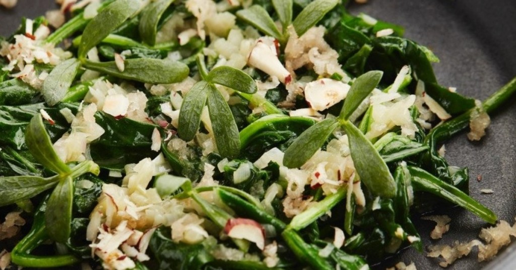 Gestoofde spinazie met sjalot, look, aardpeer, zeevenkel en hazelnoten