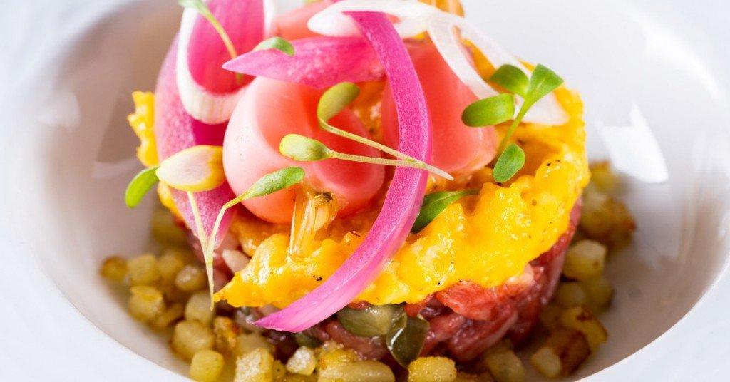 Tartaar van Wagyu met asperges, radijs, kappertjes, rode ui, gebakken aardappelen en roerei