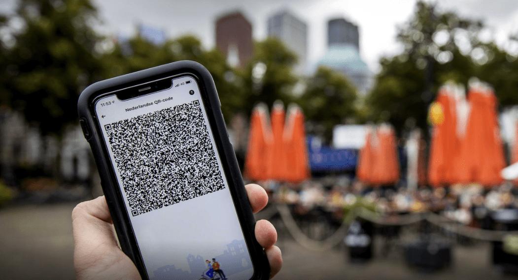Een mobiele telefoon met de QR-code via de app CoronaCheck. Vanaf zaterdag moeten horecazaken deze checken bij gasten die binnen willen zitten. © ANP